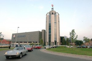 4 Le Maserati storiche lasciano lo stabilimento di viale Ciro Menotti a Mo...